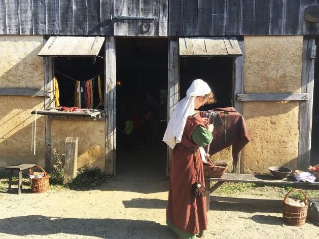 Em frente a uma das casas, uma amante da tecelagem e produção de acessórios desenvolve atividade experimental<br />Foto Ana Carolina Brugnera / Lucas Bernalli Fernandes Rocha