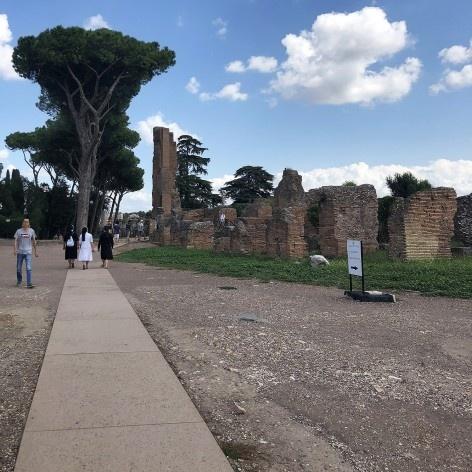 Faixa de circulação acessível no Palatino, Roma<br />Foto Larissa Scarano, 2018