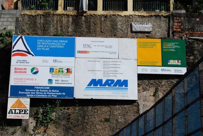 Centro Histórico de Salvador, cidade baixa, placas de publicidade de projetos governamentais, restauro<br />foto Fabio Jose Martins de Lima