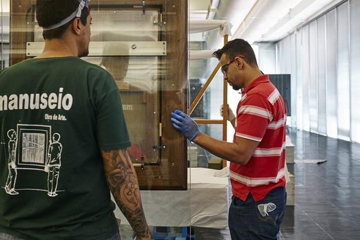Cavaletes de vidro reconstruídos, montagem da exposição. Metro Arquitetos Associados