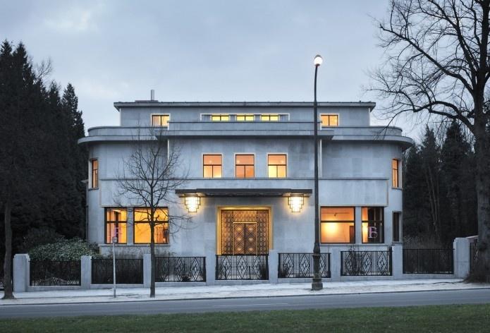 Vista da fachada principal (noite)<br />Foto Georges de Kinder  [Ma²  - Metzger and Partners Architecture]