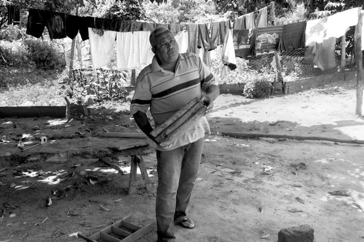 Na comunidade da onça o Sr. Expedito produz tijolos e telhas usados na construção das casas do vale do Peruaçu<br />Foto Lucas Bernalli Fernandes Rocha, 2018