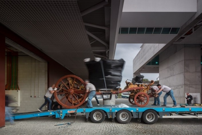Museu Nacional dos Coches, transporte de peças para o espaço expositivo, Lisboa. Arquiteto Paulo Mendes da Rocha, MMBB arquitetos e Bak Gordon arquitetos<br />Foto Fernando Guerra  [FG+SG Architectural Photography]