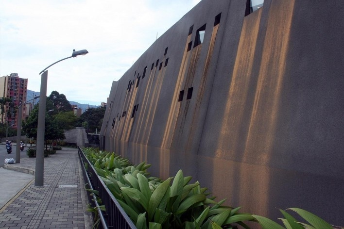 Museo Casa de la Mamória, vista lateral do museu e suas aberturas, Medellín, Colômbia. Arquiteto Juan David Botero<br />Foto Bruno Carvalho, ago. 2017