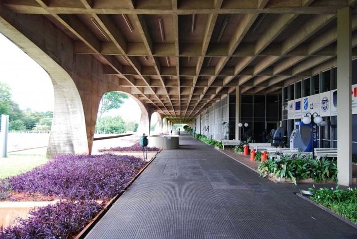 Escola Superior de Administração Fazendária – ESAF, circulação interna fachada posterior, Brasília DF<br />Foto Daniel Corsi