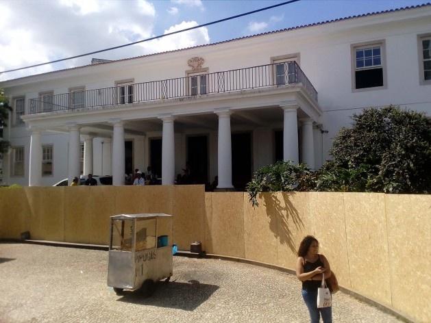 A Reitoria da Universidade Federal da Bahia, no bairro Canela, protegida pelos tapumes nos limites do circuito Osmar<br />Foto Volha Yermalayeva Franco