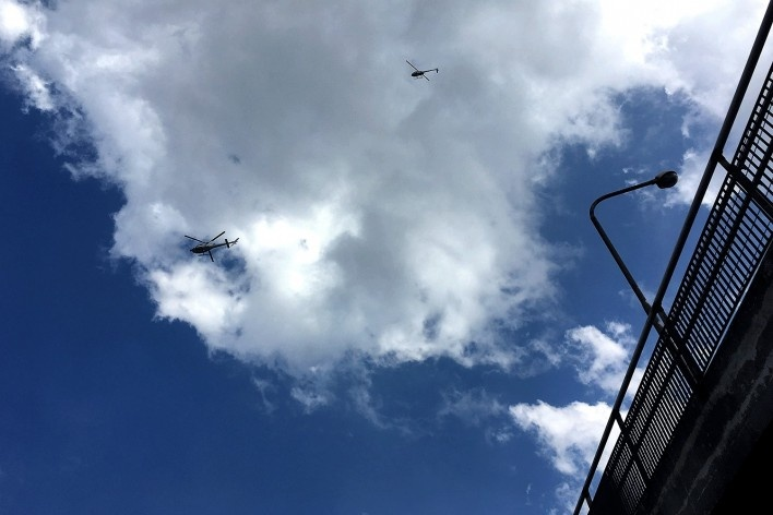Helicópteros da imprensa sobrevoando as imediações do Sindicato de Metalúrgicos do ABC, São Bernardo do Campo<br />Foto Abilio Guerra