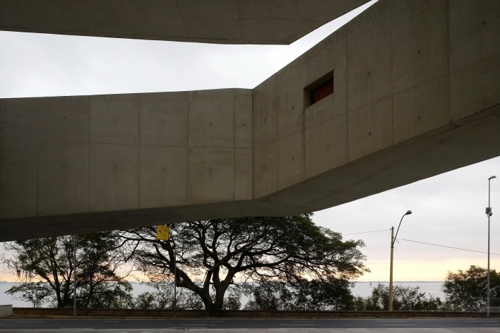 Sede da Fundação Iberê Camargo, vista para o Guaíba. Arquiteto Álvaro Siza, 2008<br />Foto Nelson Kon