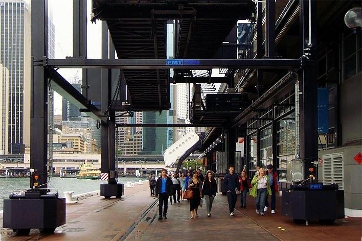 Circular Quay, de onde partem navios cruzeiro e balsas que cruzam a baía de Sydney<br />Foto Gabriela Celani