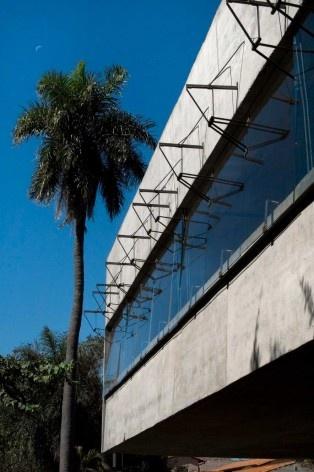 Casa en el aire. Exterior de aberturas. Sergio Fanego, Larissa Rojas, Miguel Duarte. Luque, Paraguay. 2008-2010.