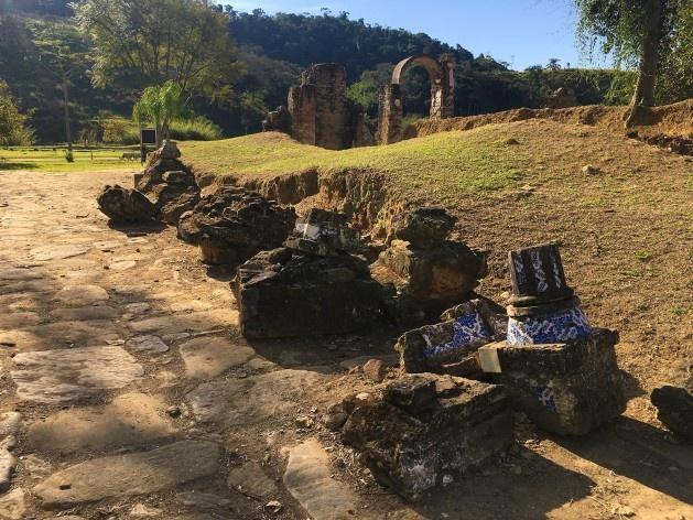 Partes da estrutura da Igreja matriz encontradas nas escavações<br />Foto Dayane Caputo Camacho Lopes, 2019