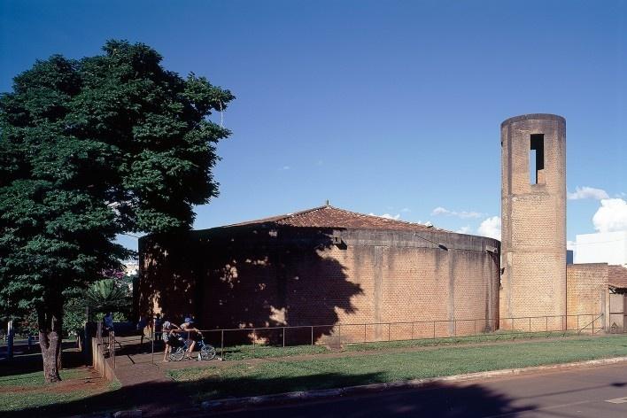 Igreja Espírito Santo do Pinhal, Uberlândia, 1976-1982. Arquiteta Lina Bo Bardi, colaboração deMarcelo Ferraz e André Vainer<br />Foto Nelson Kon