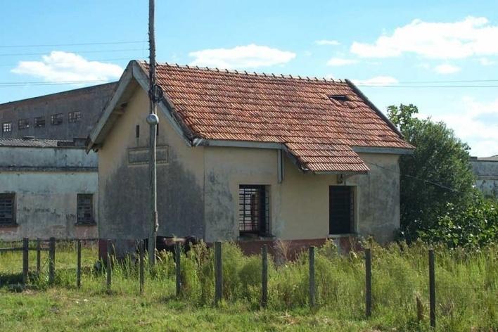 Foto 7: Estação Santa Thereza, de 1884, atualmente desativada e abandonada. Hoje está localizada no pátio de uma transportadora que ocupa uma das antigas charqueadas