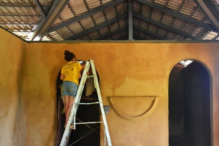 Construção de casa de adobe, Projeto Mindfulness, Tailândia, agosto, 2016<br />Foto Jessica Bittencourt