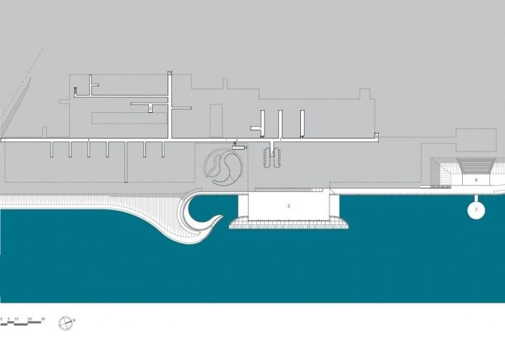 """Sarah Brasília Lago Norte, prédio principal, planta pavimento subsolo, Brasília DF. 1. galeria de distribuição; 2. casa de máquinas; 3. ventilação; 4. casa de bombas; 5. esportes aquáticos; 6. anfiteatro; 7. palco flutuante<br />Divulgação  [LIMA, João Filgueiras (Lelé). """"Arquitetura - uma experiência na área da saúde""""]"""