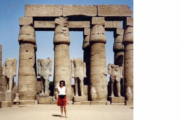 Alexandrina Mori no Templo de Amon, Luxor, Egito, 1990<br />Foto Victor Hugo Mori