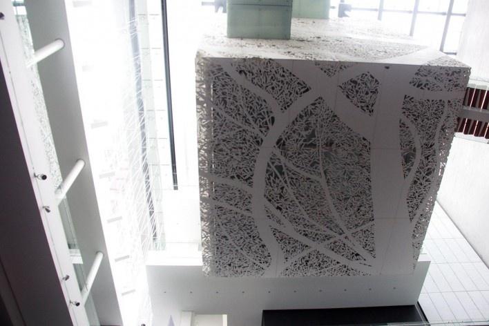 """Museo Mamoria y Tolerancia, vista da parte inferior do cubo que abriga a escultura """"El Potencial Perdido"""", Cidade do México. Arquitetos Arditti + RDT<br />Foto Bruno Carvalho, mai. 2016"""