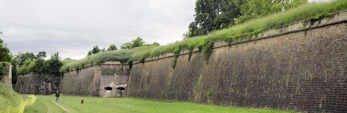 Neuf-Brisach, muralha voltada para o primeiro fosso<br />Foto Victor Hugo Mori