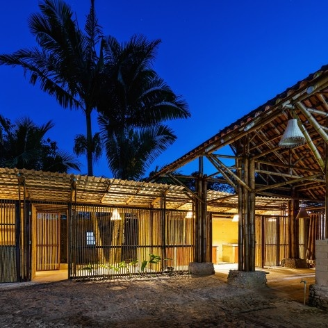 Centro comunitário Camburi, Ubatuba SP Brasil, 2018. CRU! Architects, Sven Mouton, Reintje Jacobs, Britt Christiaense e Jan Detavernier<br />Foto Nelson Kon