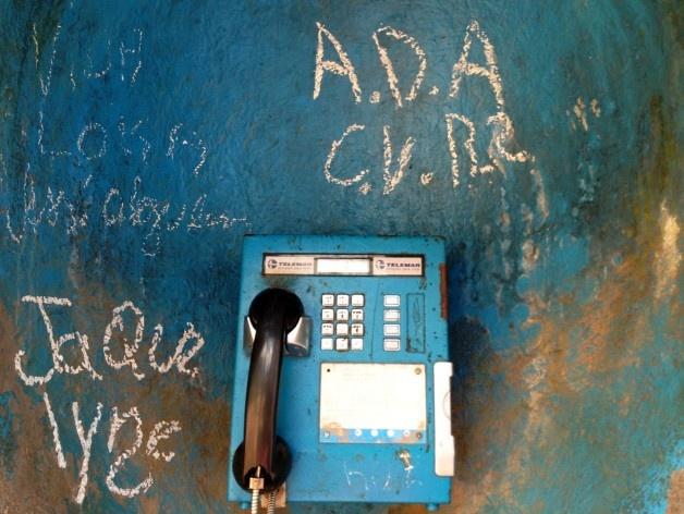 Cabine telefônica com inscrições<br />Foto Fabio Lima