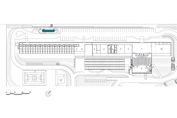 """Sarah Brasília Lago Norte, prédio residência medica e centro de estudos, planta pavimento térreo, Brasília DF. 1. apartamento; 2. quadra polivalente; 3. refeições; 4. estar; 5. sala; 6. sanitário; 7. foyer; 8. cabine; 9. auditório; 10. biblioteca<br />Divulgação  [LIMA, João Filgueiras (Lelé). """"Arquitetura - uma experiência na área da saúde""""]"""