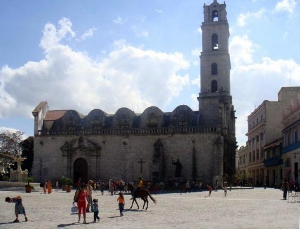 Largo da igreja, Havana, Cuba<br />Foto Michel Gorski e Valdir Zwetsch