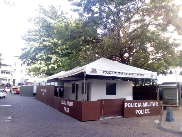 Os postos da polícia no Largo Dois de Julho limitando o acesso de pedestres<br />Foto Volha Yermalayeva Franco