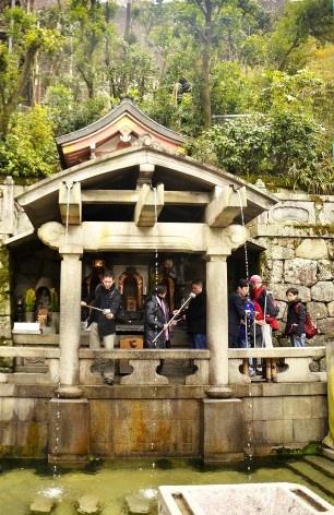 Templo Kiyomizudera, ritual para lavar e se purificar, Kyoto<br />Foto Roberto Abramovich