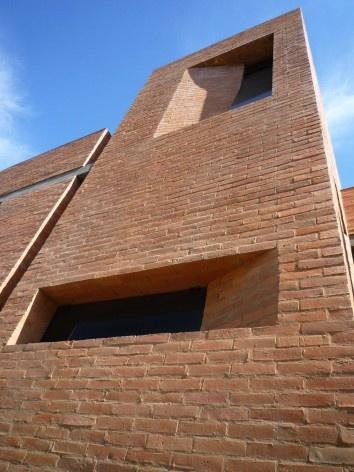 Cootrapar – cooperativa de trabajadores de aceros del paraguay. Detalle sesgos en muro. Arq. Luis Alberto Elgue y Arq. Cynthia Solis Patri. Villa Hayes, Paraguay. 2007 – 2008.