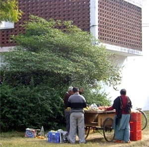 Moradia universitária de professores e funcionários e ambulante ao lado dela<br />Foto de Denise Teixeira e Luís Barbieri