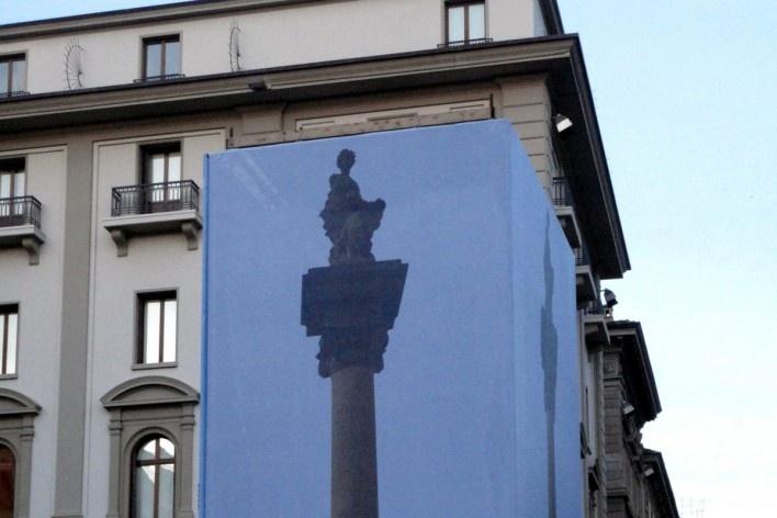 Monumento em recuperação isolado por telas com impressões, Centro Histórico de Florença<br />Foto Petterson Dantas