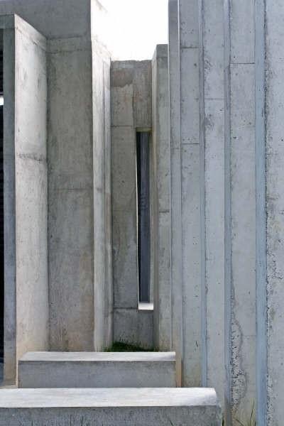 Detalhe dos bancos e pilares<br />Foto Léo Azevedo