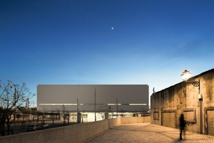 Museu Nacional dos Coches, pavilhão principal e o entorno, Lisboa. Arquiteto Paulo Mendes da Rocha, MMBB arquitetos e Bak Gordon arquitetos<br />Foto Fernando Guerra  [FG+SG Architectural Photography]
