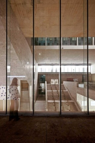 A nova Bocconi, Milão, Grafton Architects, projeto de 1999-2000, inauguração em 2008. Vista para o foyer do auditório semi-enterrado a partir da fachada da via Roetgen<br />Foto Lucas Corato