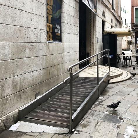 Rampa de acesso com material contemporâneo, Veneza<br />Foto Larissa Scarano, 2018