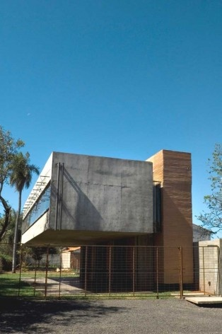 Casa en el aire. Imagen frontal diurna. Sergio Fanego, Larissa Rojas, Miguel Duarte. Luque, Paraguay. 2008-2010.