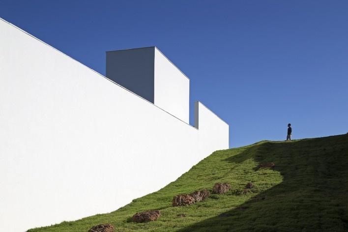 Casa Torreão, lateral leste – acesso comum à reserva, Brasília DF, arquitetos Daniel Mangabeira, Henrique Coutinho e Matheus Seco<br />Foto Haruo Mikami