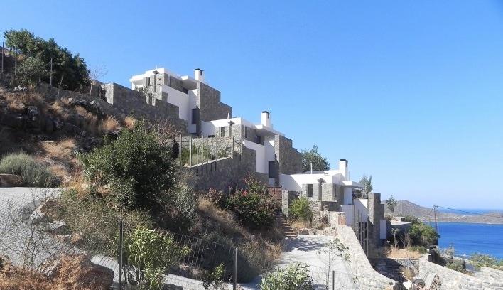 O conjunto com três residências geminadas em finalização de obra e o Golfo Mirabello e o Mediterrâneo como paisagem<br />Foto Noll & Odebrecht