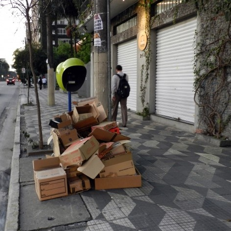 Oficina de desenho urbano MCB, interferência urbana: lixo irregular, São Paulo, 2011<br />Foto Nina Dalla