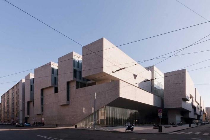 A nova Bocconi, Milão, Grafton Architects, projeto de 1999-2000, inauguração em 2008. Vista a partir da Via Bligny<br />Foto Lucas Corato