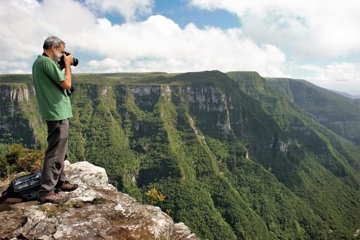 Luiz Cláudio Marigo no Cânion da Fortaleza, Parque Nacional da Serra Geral RS<br />Foto José Tabacow