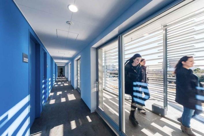 Alojamento Estudantil, circulação interna protegida dá acesso aos apartamentos; dupla circulação inspirada na engawa das casas tradicionais japonesas, Josai International University, Togane, Japão, 2014-2016, Studio Sumo<br />Foto Kawasumi Kobayashi  [Studio Sumo]
