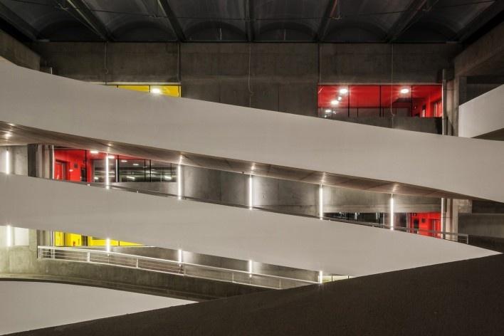 Edifício de Uso Misto, rampas vistas em elevação, Grenoble. Arquiteto Hugues Grudzinski / GaP Studio<br />Foto divulgação  [GaP Studio]
