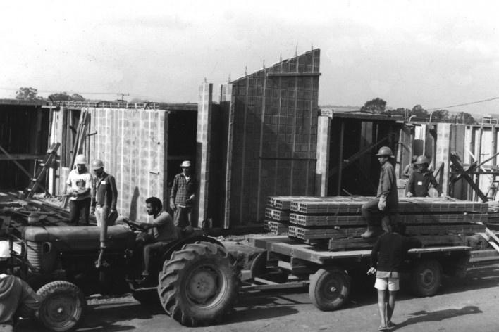 Transporte horizontal e montagem dos painéis [Acervo Joan Villà]