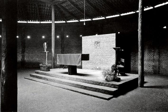 Igreja Espírito Santo do Pinhal, altar, Uberlândia, 1976-1982. Arquiteta Lina Bo Bardi, colaboração de Marcelo Ferraz e André Vainer<br />Foto divulgação
