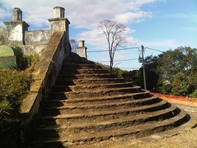 Talude, muro de arrimo e escadaria da igreja São Francisco de Paula<br />Foto Abilio Guerra