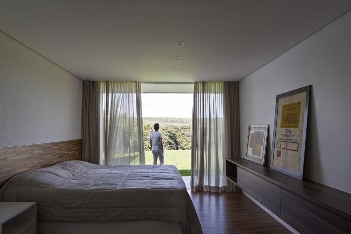 Casa Torreão, vista interna do quarto, Brasília DF, arquitetos Daniel Mangabeira, Henrique Coutinho e Matheus Seco<br />Foto Haruo Mikami