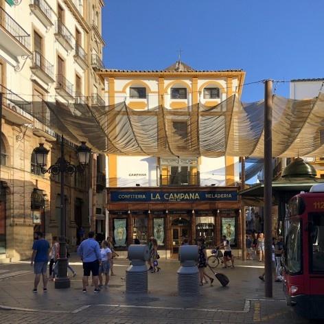 Parada de ônibus no centro de Sevilha <br />Foto José Lira