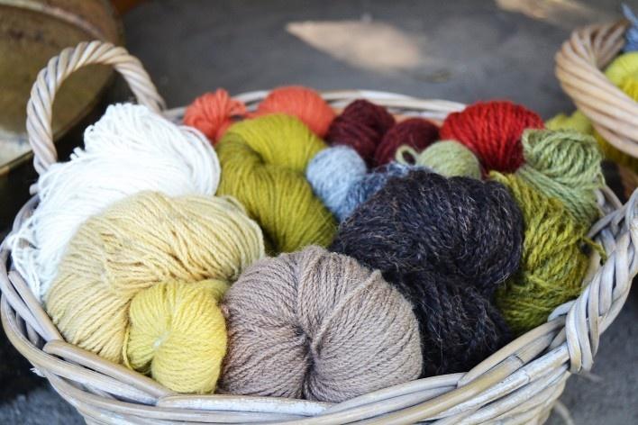 Novelos de lã, alguns tingidos no local<br />Foto Ana Carolina Brugnera / Lucas Bernalli Fernandes Rocha