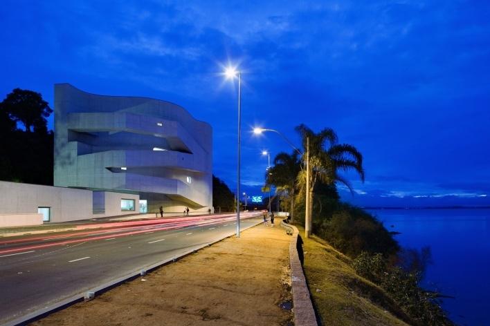 Sede da Fundação Iberê Camargo, vista noturna. Arquiteto Álvaro Siza, 2008<br />Foto Nelson Kon